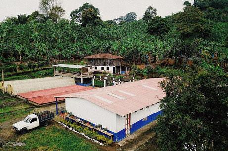 trocknungsanlager-auf-der-kaffeefarm-el-placer-in-kolumbien.jpg