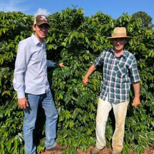 Itamar Gonzaga vor dem Kaffeestrauch auf seiner Farm Sitio Lagoa